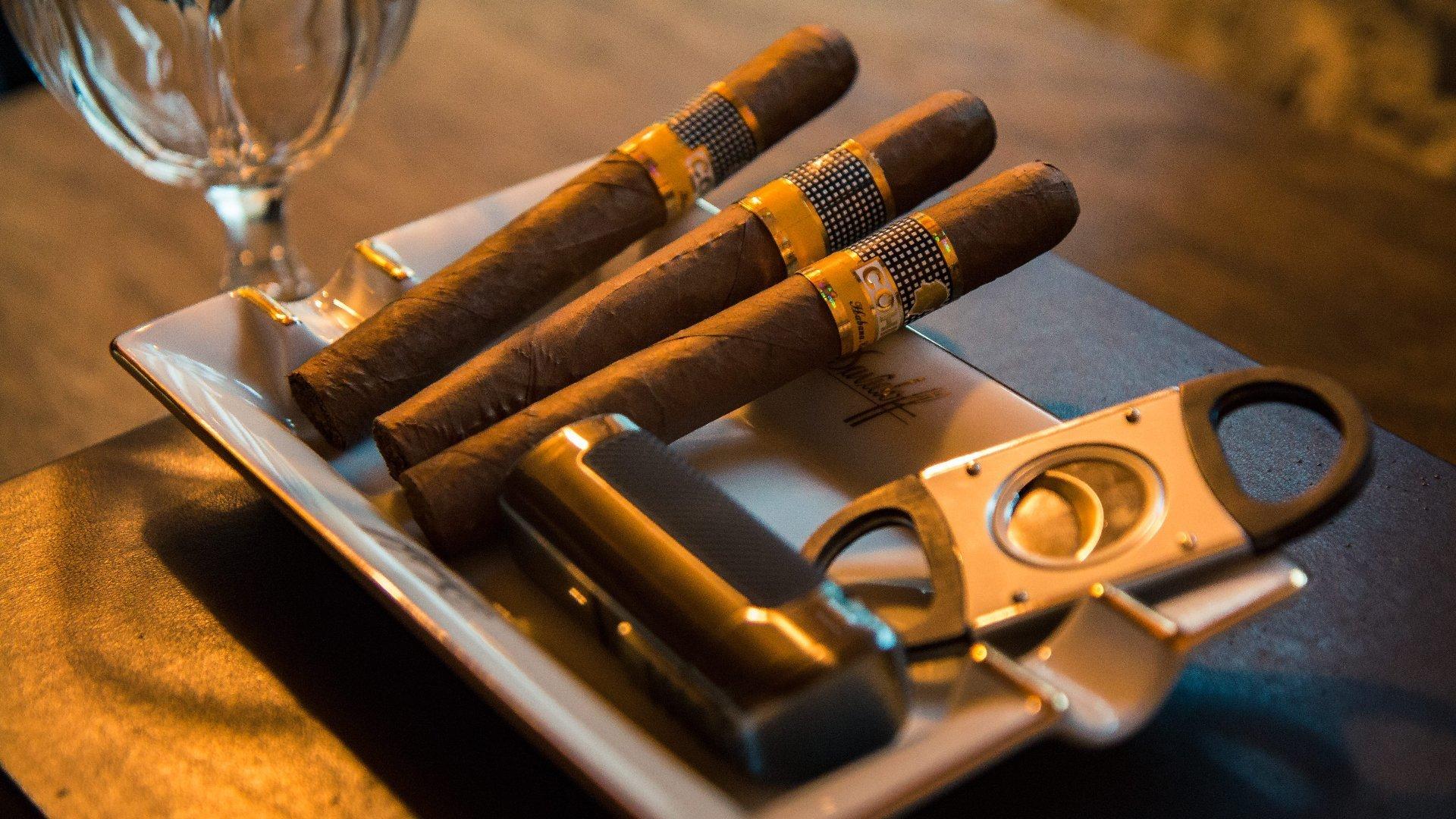 Come fumare il sigaro, ecco finalmente spiegato come devi fare